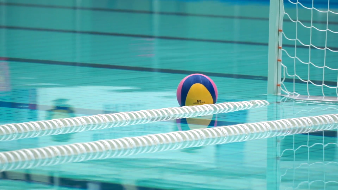 water-polo-ball-floating-near-the-goal_bjauvfyz__F0000